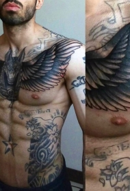胸部华丽的黑色埃及神与翅膀纹身图案