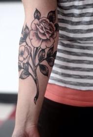 手臂黑色的玫瑰花枝纹身图案