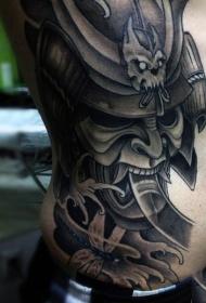 侧肋亚洲风格的武士头盔与蜻蜓纹身图案
