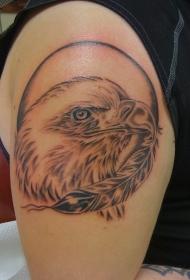 大臂黑白鹰头像和羽毛纹身图案
