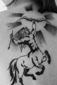 背部简单的黑色射手标志和太阳纹身图案