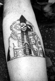 手臂简单的黑色宇航员结合骨架纹身图案