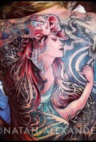 满背彩色的神秘女子与鸽子纹身图案