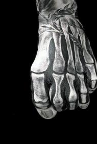 手背黑白骨骼写实纹身图案
