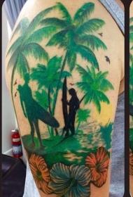 大臂丰富多彩的冲浪者与棕榈树纹身图案