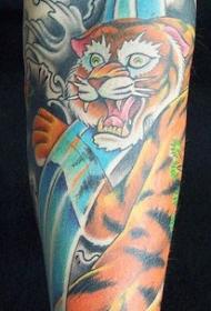 手臂彩色的老虎和瀑布纹身图案