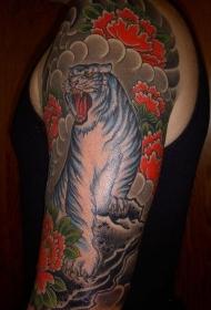 大臂彩色牡丹花和白虎纹身图案