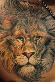 胸部逼真的狮子头纹身图案