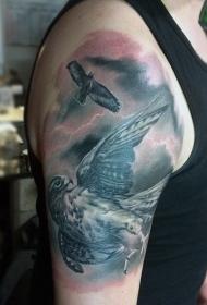 大臂写实黑灰鹰与闪电纹身图案