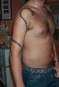 手臂黑色的部落蛇纹身图案