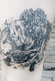 大腿奇怪的黑色线条小狐狸和花朵纹身图案