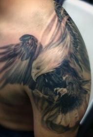 肩部写实逼真的飞行鹰纹身图案