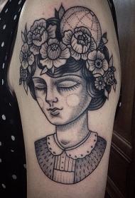 大臂黑色点刺可爱女人肖像与花朵纹身图案