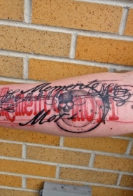 手臂彩色骷髅与夸张的花体字母纹身图案