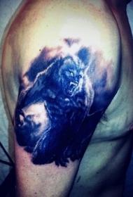 大臂彩色邪恶狼人纹身图案