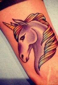 童话中的独角兽和彩虹色的鬃毛纹身图案