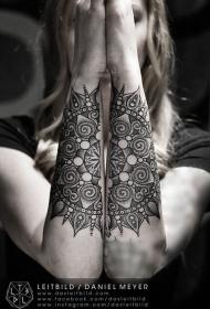 女性手臂令人印象深刻的大花纹身图片