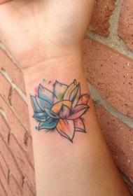 女性手腕自制像水彩莲花纹身图案