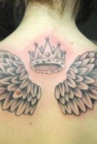 女生背部皇冠和翅膀纹身图案