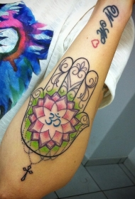 手臂彩色法蒂玛之手莲花十字架纹身图案