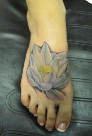 女性脚背上的水彩白莲花纹身图案