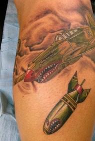 腿部滑稽的彩色轰炸机和炸弹纹身图片