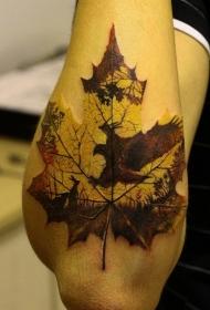 手臂枫叶映出老鹰狩猎纹身图案