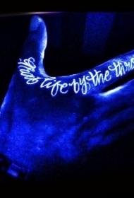 手指白色墨水发光纹身图案
