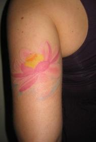 女性肩部彩色温柔的莲花纹身