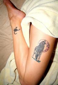腿部彩色嚎叫狼纹身图片