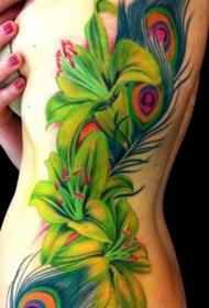 女性肋骨上彩色百合花纹身图案