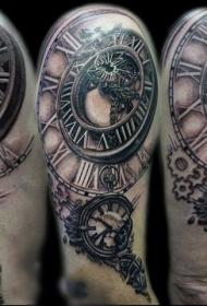 手臂独特的彩绘旧破时钟纹身图案