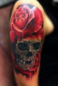 肩部生动的颜色骷髅与玫瑰纹身图案