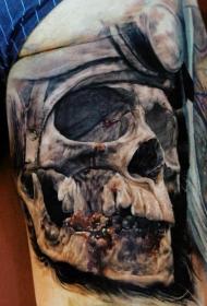 腿部血腥人类骷髅头与头盔纹身图案