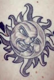 背部黑白太阳和月亮纹身图案