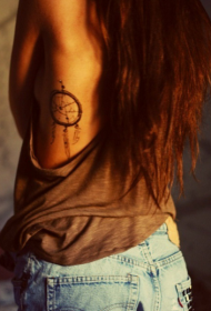 女生侧肋性感的捕梦网纹身图案