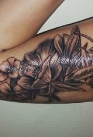 手大臂膀内侧精致的黑灰色花朵纹身