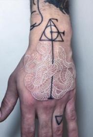 黑色和白色手臂眼镜蛇纹身动物几何点刺纹身图案