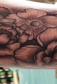 手臂上黑色粗线条纹身小花朵纹身图片