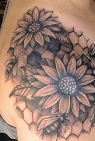 女生肩膀上黑灰素描点刺技巧创意文艺唯美花朵纹身图片