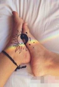 情侣闺蜜脚上黑白阴阳太阳星星纹身图片