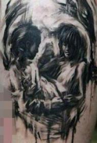 男生大腿上黑白素描骷髅头和人物肖像纹身图片