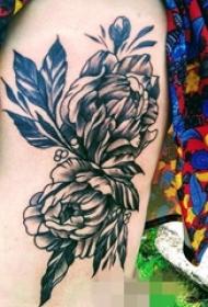 女生大腿上黑白植物点刺技巧花朵纹身图片