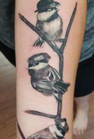 纹身鸟 女生手臂上黑色的小鸟纹身图片