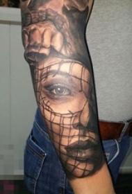 男生手臂上黑色点刺简单线条人物肖像纹身图片