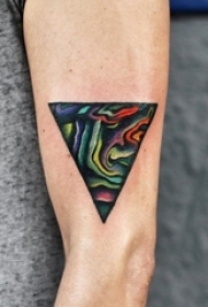 男生手臂上彩绘渐变几何线条三角形纹身图片
