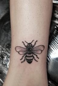女生脚踝上黑色点刺简单线条小动物昆虫蜜蜂纹身图片
