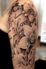 女生手臂上黑色素描点刺技巧创意花朵花臂纹身图片