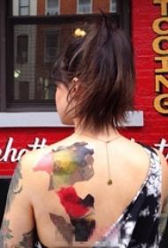 女生后背上个性彩绘技巧几何创意纹身图片