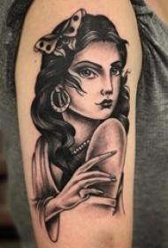 双大臂纹身 女生大臂上黑色的人物肖像纹身图片